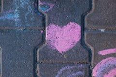Marque la imagen con tiza, imagen del ` s del niño, corazón Foto de archivo