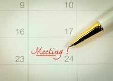 Marque la reunión sobre el calendario Imagenes de archivo