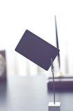 Marque noire pour le label se tenant sur une table images libres de droits