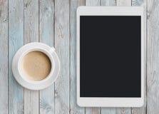Marque o PC que olha como o ipad na tabela com copo de café foto de stock