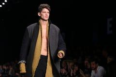Marque qui passerelle en Mercedes-Benz Fashion Week Istanbul Photographie stock