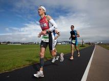 Marque Samuels (477) y a otros corredores, triathlon Foto de archivo libre de regalías