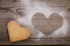 Marque sous forme de coeur avec du sucre et le biscuit-coeur en poudre Images libres de droits