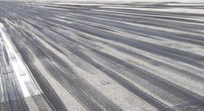 Marques de dérapage sur l'asphalte image stock