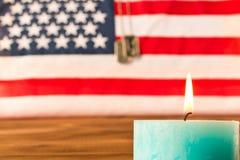 Marques de drapeau am?ricain et d'arm?e et bougie comm?morative le Jour du Souvenir Sur la table en bois Foyer s?lectif image libre de droits