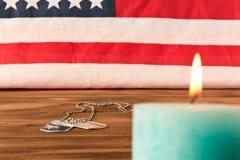 Marques de drapeau am?ricain et d'arm?e et bougie comm?morative le Jour du Souvenir Sur la table en bois Foyer s?lectif photos libres de droits