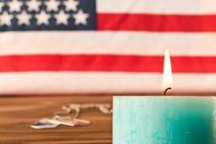Marques de drapeau am?ricain et d'arm?e et bougie comm?morative le Jour du Souvenir Sur la table en bois Foyer s?lectif photographie stock