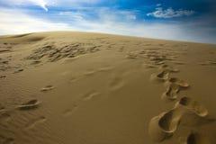Marques de pied sur des dunes de sable de Silver Lake Photographie stock
