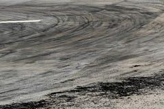 Marques de pneu sur la voie de route image libre de droits