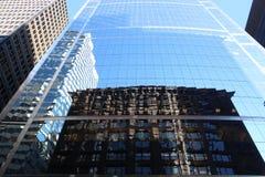 Marquette Building histórico, Chicago, reflejada en un rascacielos de la pared de cristal Imágenes de archivo libres de regalías
