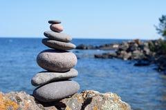 Marqueur de cairn sur une roche au parc d'état de Tettegouche Photos stock