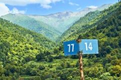Marqueur de kilomètre avec de belles montagnes sur le fond Image libre de droits