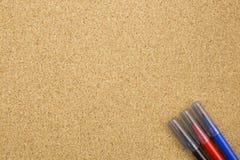 Marqueur de trois couleurs sur le panneau de liège Image libre de droits