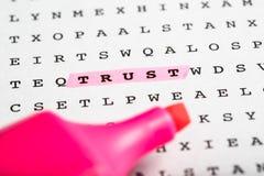 Marqueur des textes sur le puzzle de mot - bulletin d'information Photo libre de droits