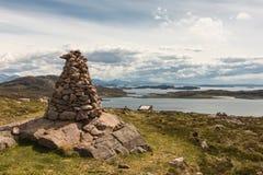 Marqueur en pierre au-dessus de hameau d'Altandhu, Ecosse Photo libre de droits