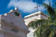 Marqueur en pierre avec la date de construction près d'une église Image libre de droits