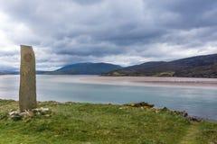 Marqueur en pierre sur le rivage de Kyle de Durness, Ecosse Photographie stock
