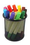 Marqueurs colorés dans le panier sur le fond blanc Photographie stock