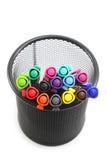Marqueurs colorés dans le panier sur le fond blanc Photo libre de droits