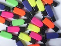 Marqueurs colorés de bureau sur le blanc Photographie stock libre de droits