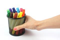 Marqueurs colorés disponibles sur le fond blanc Photos stock