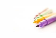 Marqueurs colorés sur le fond blanc Photographie stock