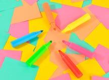 Marqueurs colorés sur le fond de cartes colorées Image stock