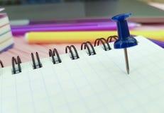 Marqueurs de note de papier coloré de bloc-notes de punaise Photographie stock