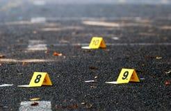 Marqueurs de preuves de crime sur l'asphalte Photos stock