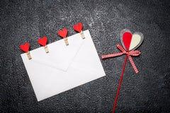Marquez avec des lettres avec les pinces à linge et le coeur sur le bâton Images libres de droits