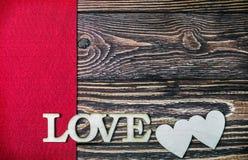 Marquez avec des lettres l'amour découpé hors du bois à l'arrière-plan Image libre de droits