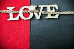 Marquez avec des lettres l'amour découpé hors du bois à l'arrière-plan Photographie stock