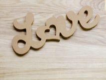 marquez avec des lettres l'amour des textes pour exprimer sur le fond en bois avec la copie de l'espace Images stock