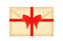 Marquez avec des lettres l'enveloppe avec le ruban rouge et l'arc d'isolement sur le blanc Photographie stock
