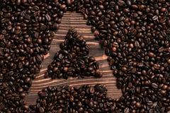 Marquez avec des lettres l'inscription d'A avec le grain de café sur la table en bois Photo libre de droits