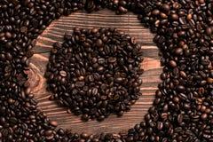 Marquez avec des lettres l'inscription d'O avec le grain de café sur la table en bois Image stock