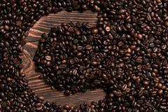 Marquez avec des lettres l'inscription de C avec le grain de café sur la table en bois Images stock
