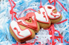 Marquez avec des lettres les biscuits pour le jour du ` s de Valentine ou pendant un jour du mariage sur le fond de remplisseur d Image libre de droits