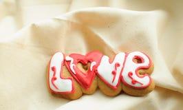 Marquez avec des lettres les biscuits pour le jour du ` s de Valentine ou pendant un jour du mariage sur le fond du tissu brut de Image stock