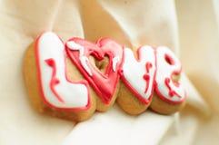 Marquez avec des lettres les biscuits pour le jour du ` s de Valentine ou pendant un jour du mariage sur le fond du tissu brut de photos libres de droits