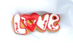 Marquez avec des lettres les biscuits pour le jour du ` s de Valentine ou pendant un jour du mariage sur le fond du tissu léger b Image libre de droits