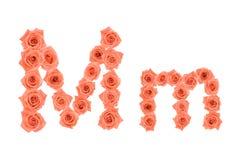 Marquez avec des lettres M, alphabet fait à partir des roses oranges Photos stock