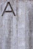Marquez avec des lettres A sur la verticale concrète Image libre de droits