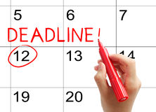 Marquez la date-butoir sur le calendrier images stock