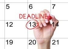 Marquez la date-butoir sur le calendrier image stock