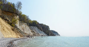 Marquez la falaise à la craie de roche de l'île Allemagne de Rugen dans le printemps photographie stock