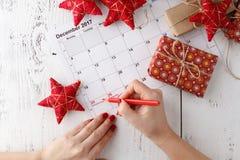 Marquez le calendrier de date pour Noël, le 25 décembre, avec les décorations de fête Images libres de droits