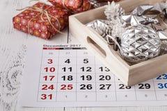 Marquez le calendrier de date pour Noël, le 25 décembre, avec les décorations de fête Photo libre de droits