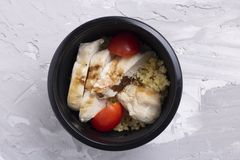 Marquez le fond, le radis cuit à la vapeur, le quinoa, le poulet avec des tomates-cerises, et les céréales à la craie image stock