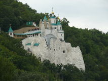Marquez les cavernes à la craie avec l'église de Saint-Nicolas sur elles Photographie stock libre de droits
